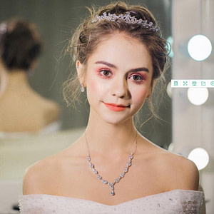 Bride wearing Heirloom Tiara for her Wedding